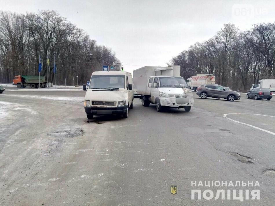 В Запорожье пенсионера, переходившего дорогу на «красный», сбили две машины, - ФОТО, фото-1