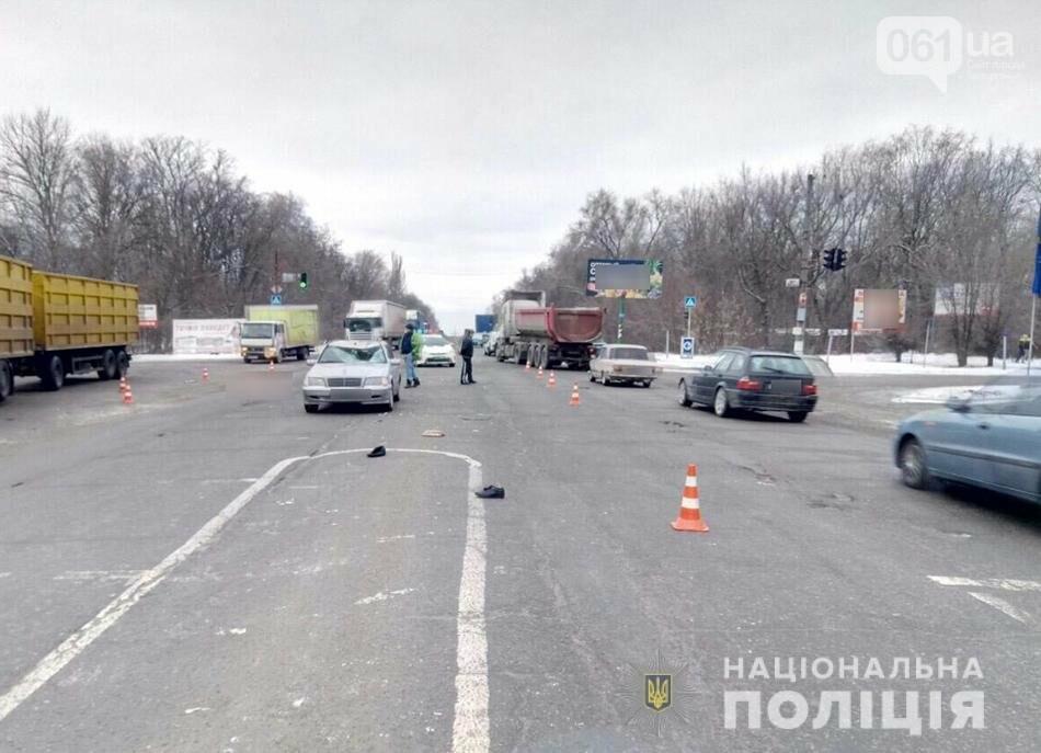 В Запорожье пенсионера, переходившего дорогу на «красный», сбили две машины, - ФОТО, фото-2
