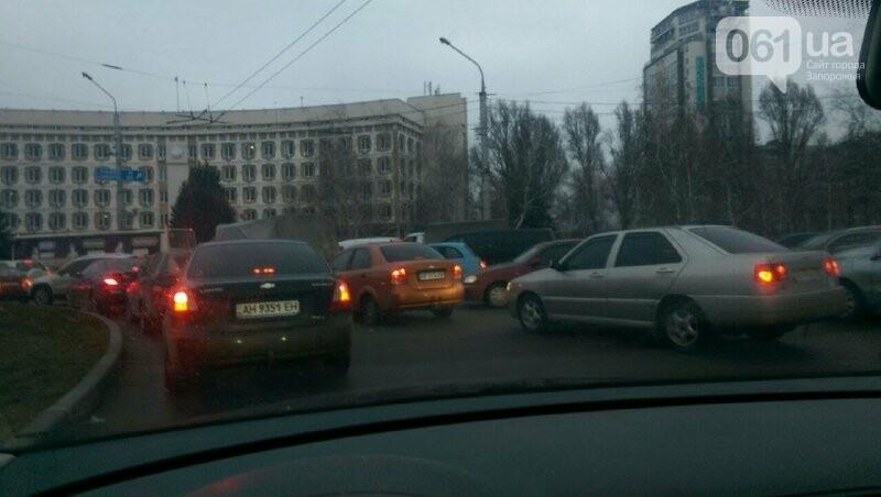 В Запорожье на правом – снова пробка: остановилось движение троллейбусов, – ФОТО, фото-1