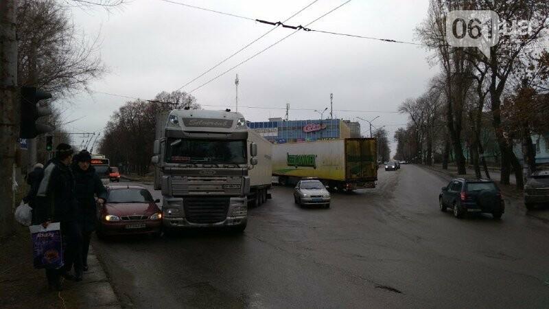 В Запорожье на правом – снова пробка: остановилось движение троллейбусов, – ФОТО, фото-2