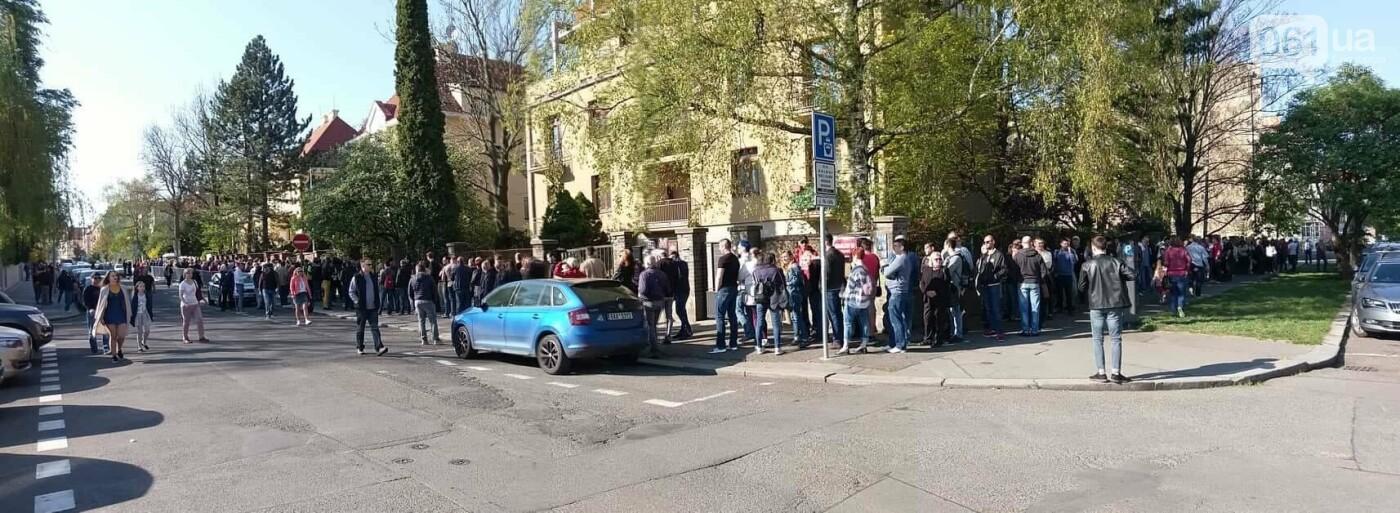 В Праге несколько сотен украинцев стоят в очереди на избирательном участке, - ФОТО , фото-2