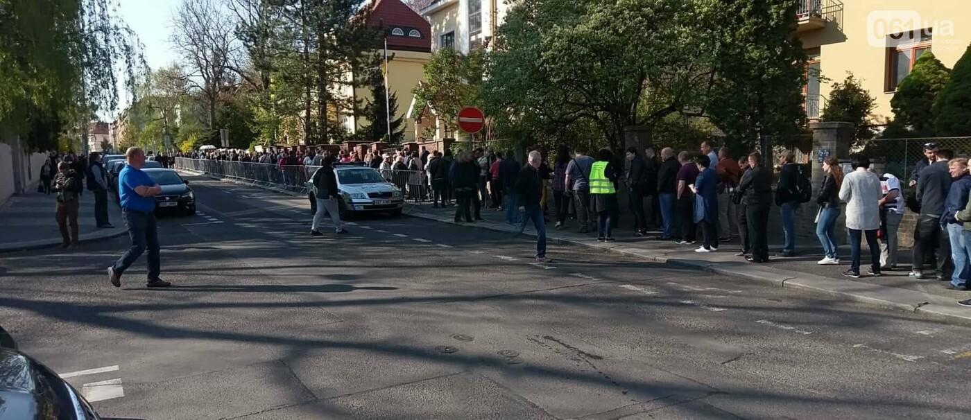 В Праге несколько сотен украинцев стоят в очереди на избирательном участке, - ФОТО , фото-3