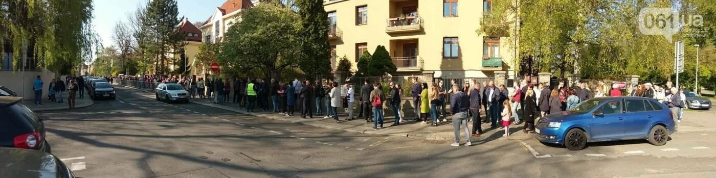 В Праге несколько сотен украинцев стоят в очереди на избирательном участке, - ФОТО , фото-4