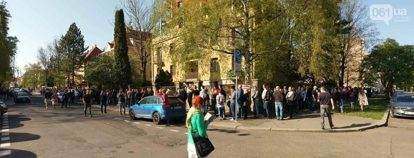 В Праге несколько сотен украинцев стоят в очереди на избирательном участке, - ФОТО , фото-5