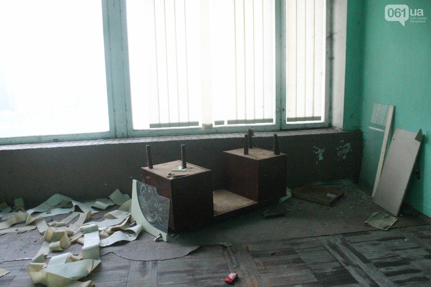 В центре Запорожья разрушается заброшенное здание института «Запорожгражданпроект», – ФОТОРЕПОРТАЖ  , фото-13