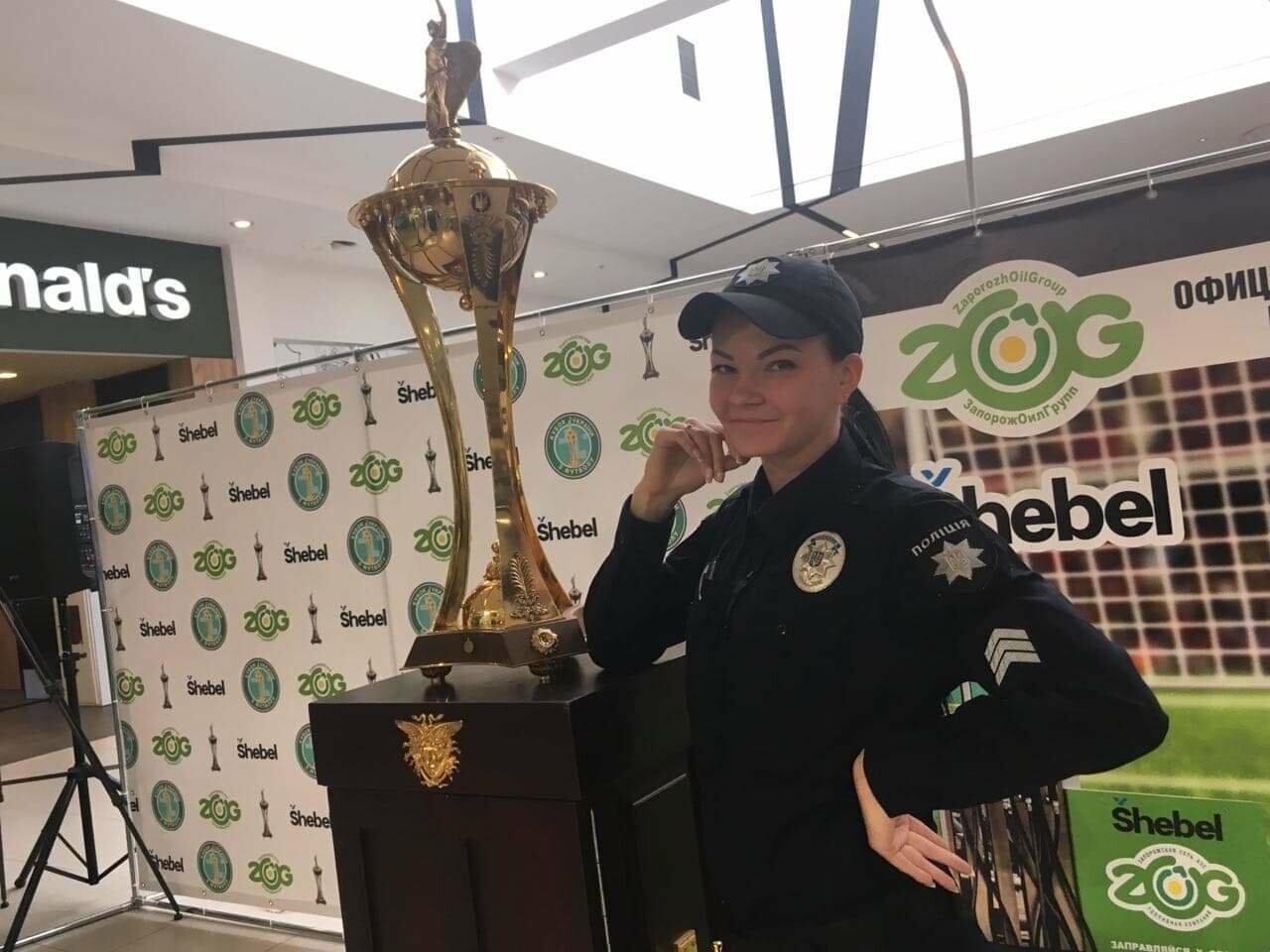 Главный футбольный трофей страны выставили в запорожском торговом центре, - ФОТО, фото-2