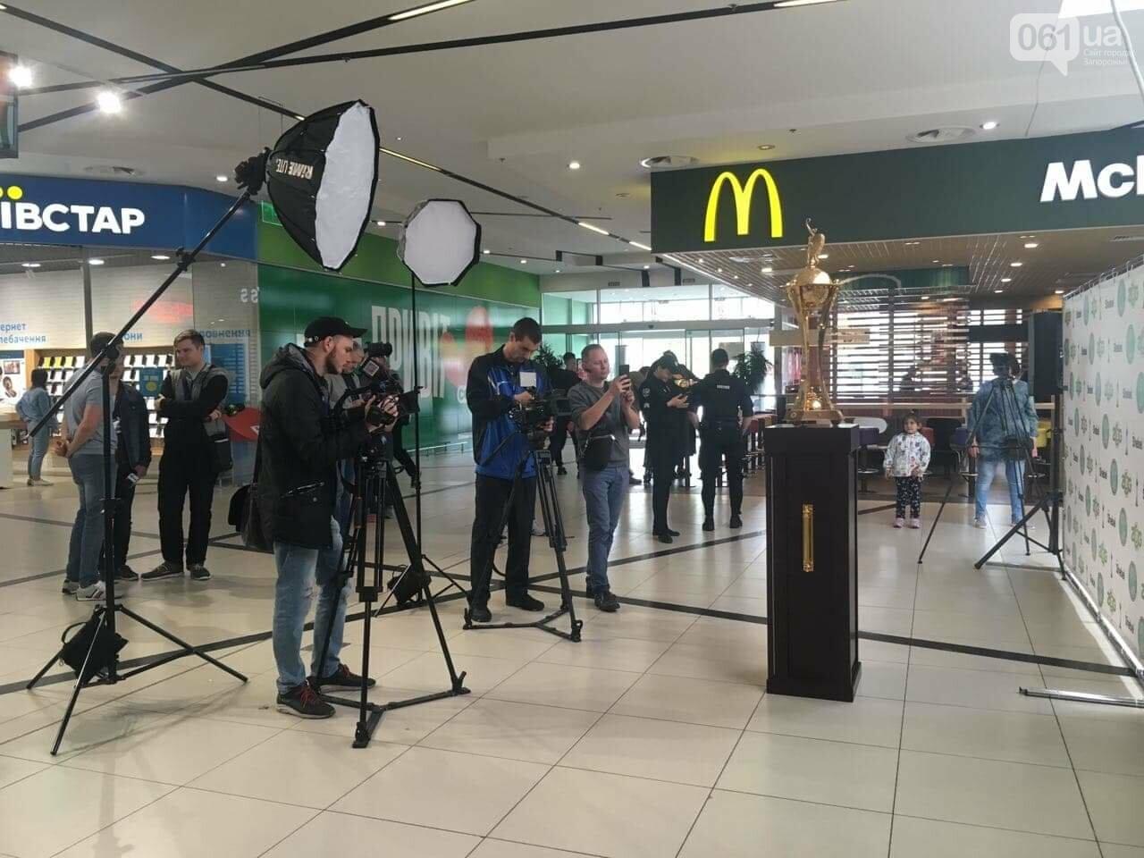 Главный футбольный трофей страны выставили в запорожском торговом центре, - ФОТО, фото-3