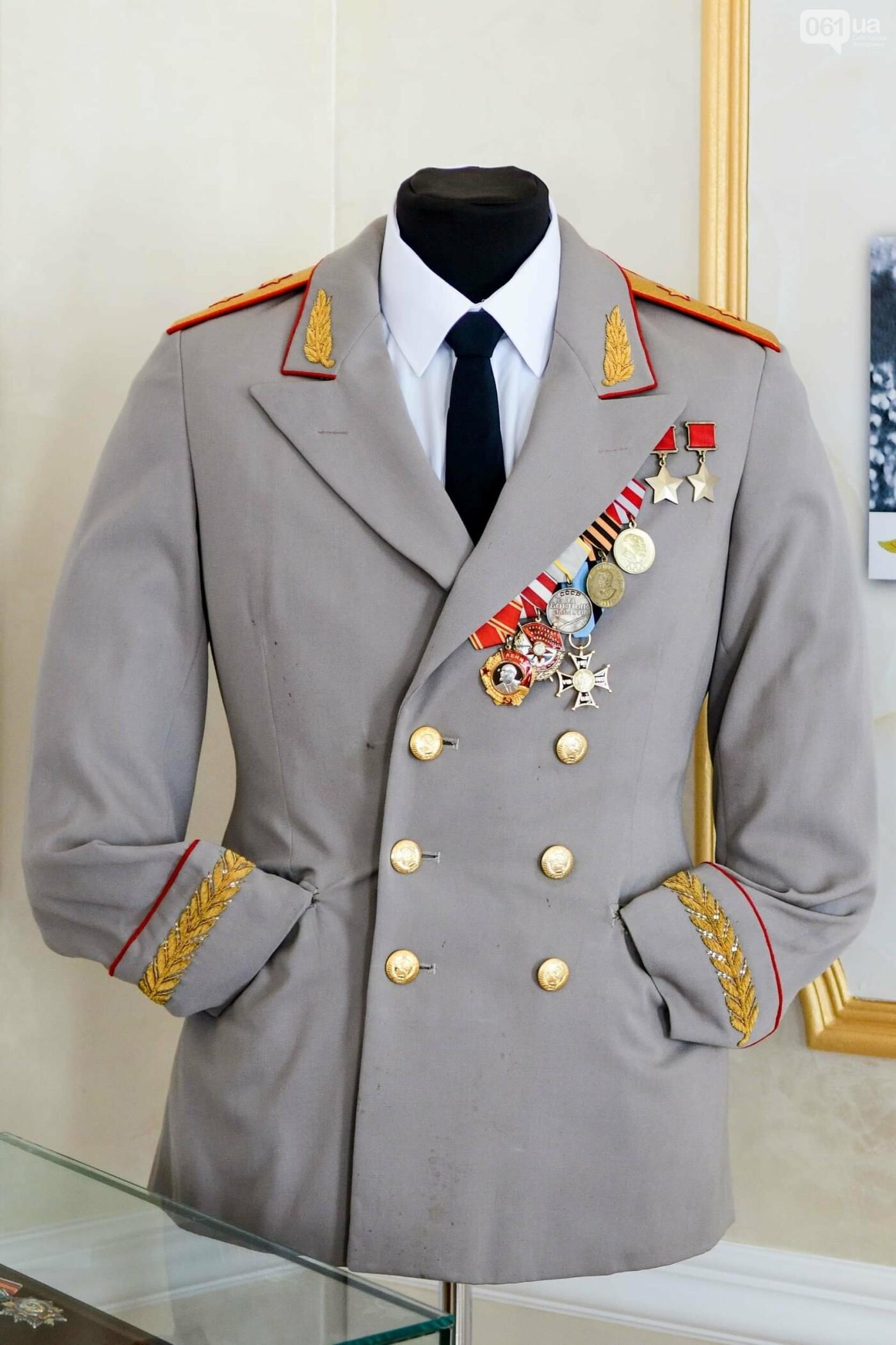 В запорожском музее появился уникальный экспонат - форма легендарного офицера, который воевал без рук, - ФОТО, фото-3
