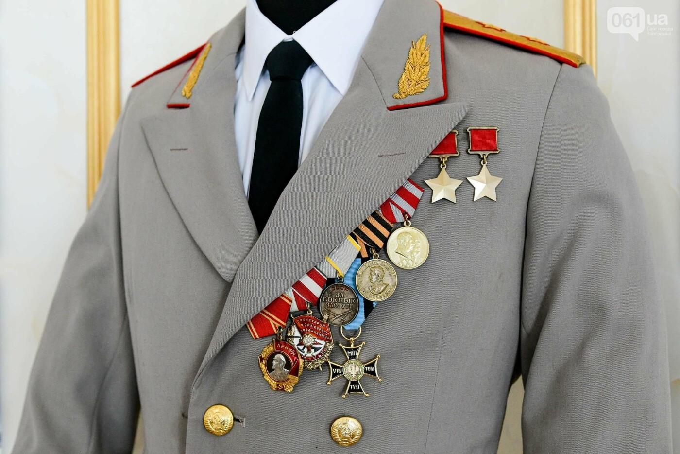 В запорожском музее появился уникальный экспонат - форма легендарного офицера, который воевал без рук, - ФОТО, фото-4