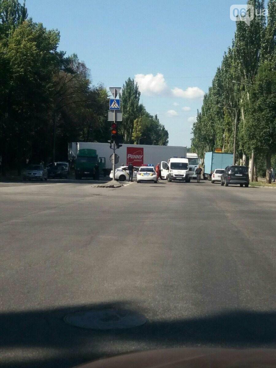 В центре Запорожья случилось ДТП: водитель грузовика умер от сердечного приступа, - ФОТО, фото-1