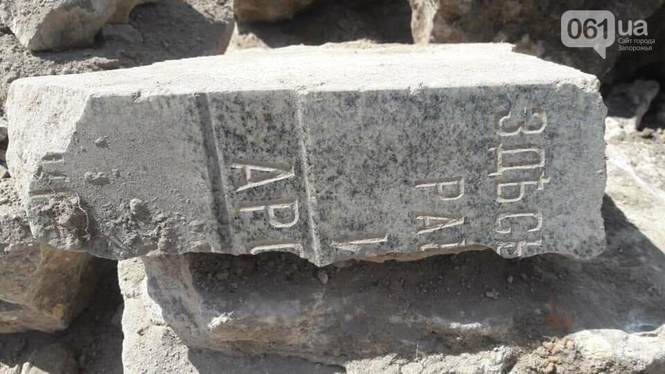 Запорожцы разобрали периметр фундамента старого амбара - нашли еще одно мраморное надгробие, - ФОТО, фото-2