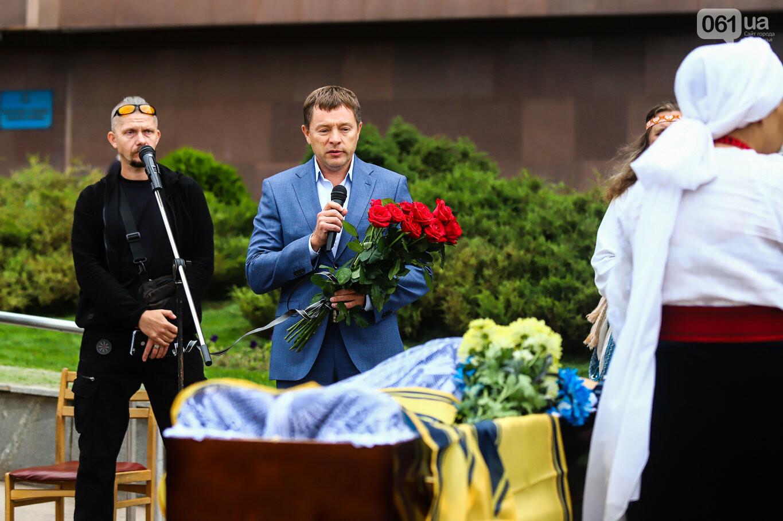 В центре Запорожья простились с азовцем: церемония прошла по родноверскому обряду, - ФОТОРЕПОРТАЖ, фото-19