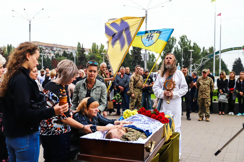 В центре Запорожья простились с азовцем: церемония прошла по родноверскому обряду, - ФОТОРЕПОРТАЖ, фото-24