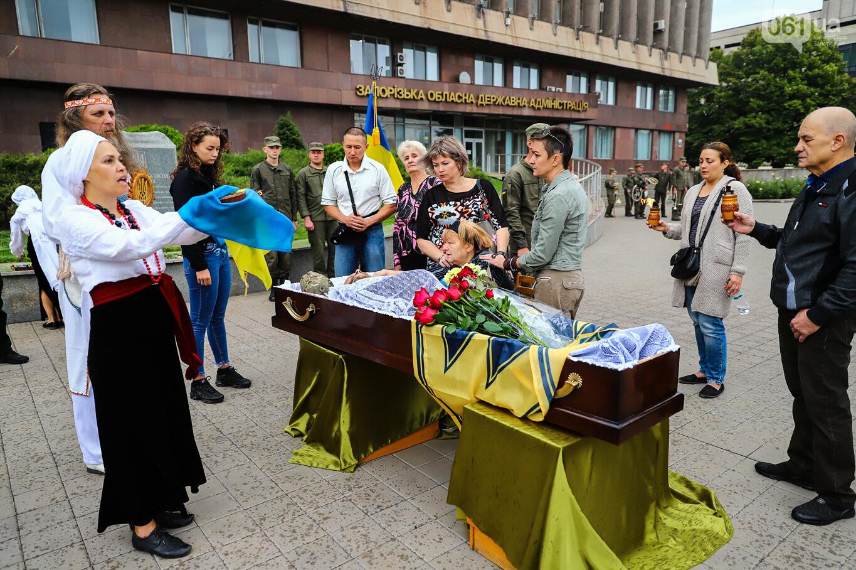 В центре Запорожья простились с азовцем: церемония прошла по родноверскому обряду, - ФОТОРЕПОРТАЖ, фото-29