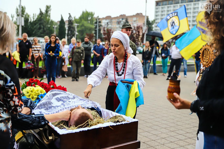 В центре Запорожья простились с азовцем: церемония прошла по родноверскому обряду, - ФОТОРЕПОРТАЖ, фото-32