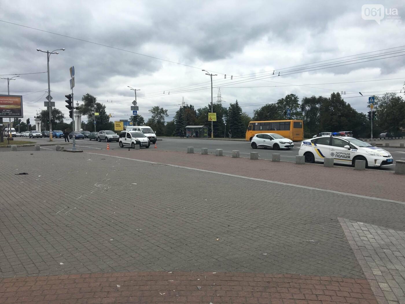 В центре Запорожья маршрутка попала в ДТП: пассажирку госпитализировали, - ФОТО, ВИДЕО, фото-3