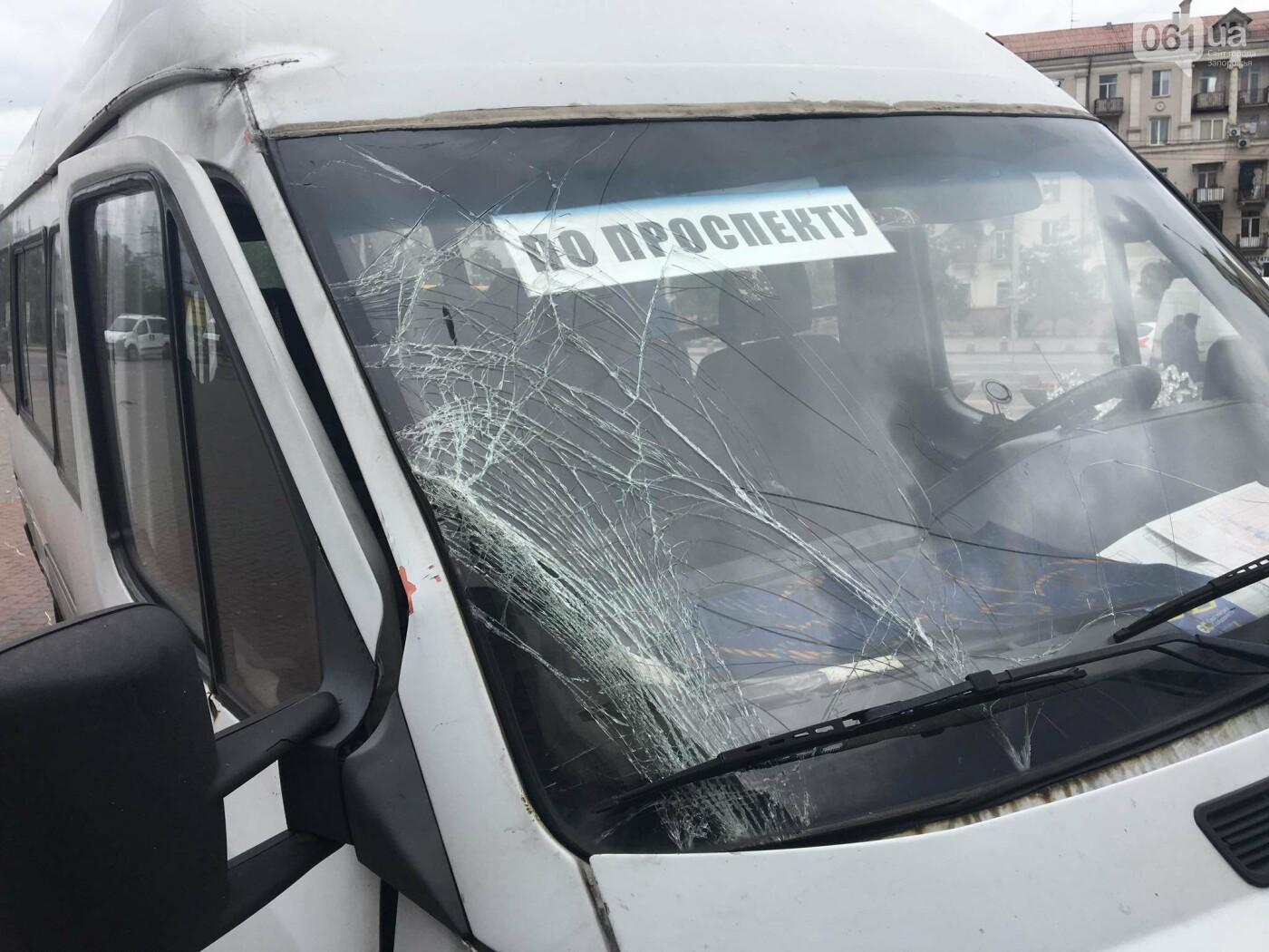 В центре Запорожья маршрутка попала в ДТП: пассажирку госпитализировали, - ФОТО, ВИДЕО, фото-1