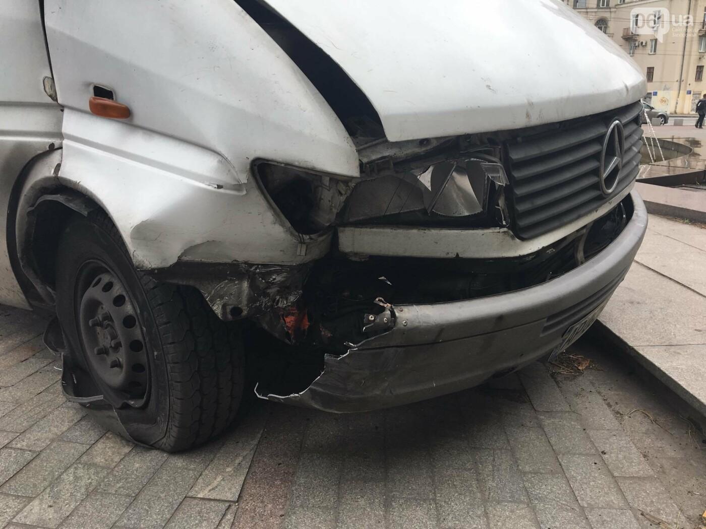 В центре Запорожья маршрутка попала в ДТП: пассажирку госпитализировали, - ФОТО, ВИДЕО, фото-5