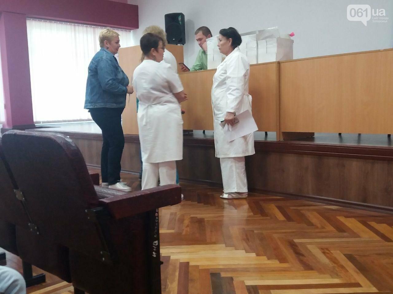 «Все равно никуда не денетесь»: медиков запорожской больницы переводят на обслуживание в другой банк без их согласия, фото-2
