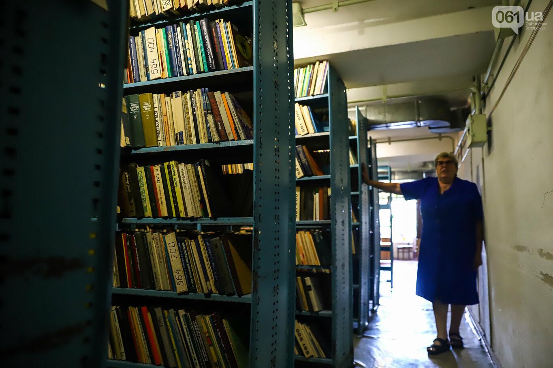 Газеты на иврите и 18-килограммовая книга: что берегут в хранилищах Запорожской областной библиотеки, - ФОТОРЕПОРТАЖ, фото-9
