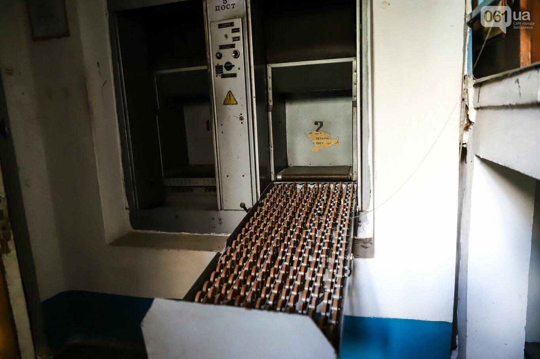 Газеты на иврите и 18-килограммовая книга: что берегут в хранилищах Запорожской областной библиотеки, - ФОТОРЕПОРТАЖ, фото-4