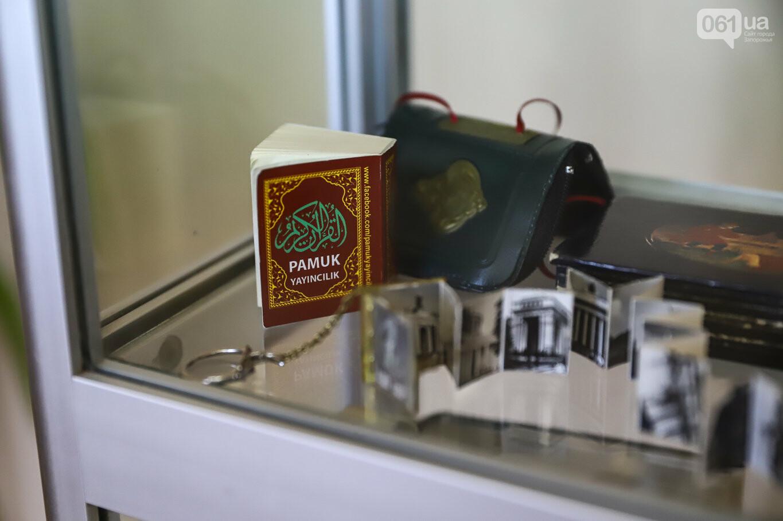 Газеты на иврите и 18-килограммовая книга: что берегут в хранилищах Запорожской областной библиотеки, - ФОТОРЕПОРТАЖ, фото-14