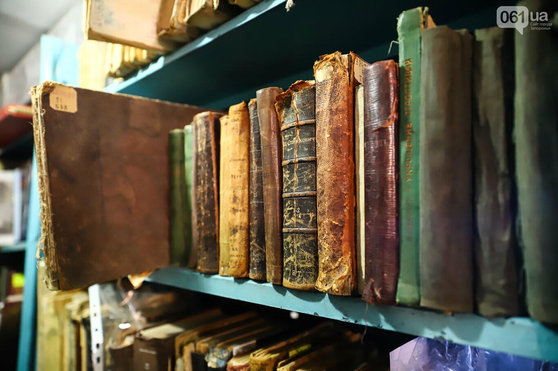 Газеты на иврите и 18-килограммовая книга: что берегут в хранилищах Запорожской областной библиотеки, - ФОТОРЕПОРТАЖ, фото-30