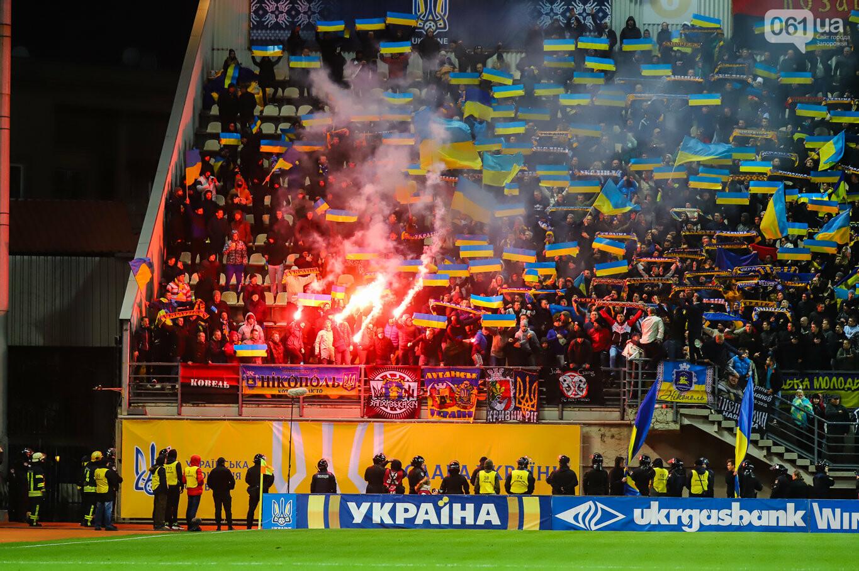 Сине-желтые трибуны, гимн с Гайтаной и перфомансы от фанатов: как в Запорожье впервые прошел матч сборной Украины, - ФОТОРЕПОРТАЖ, фото-11