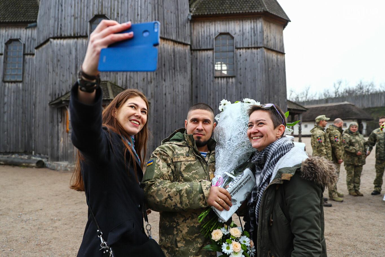 «Весь конфетно-букетный период прошел в окопах»: в Запорожье поженились военные, которые познакомились на передовой, - ФОТОРЕПОРТАЖ, фото-5