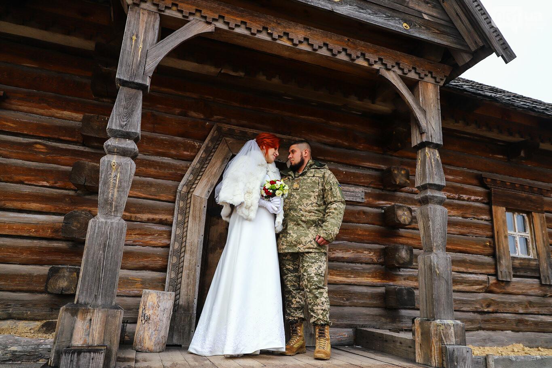 «Весь конфетно-букетный период прошел в окопах»: в Запорожье поженились военные, которые познакомились на передовой, - ФОТОРЕПОРТАЖ, фото-13