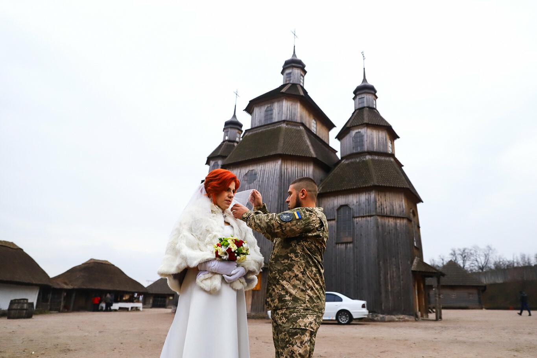 «Весь конфетно-букетный период прошел в окопах»: в Запорожье поженились военные, которые познакомились на передовой, - ФОТОРЕПОРТАЖ, фото-16