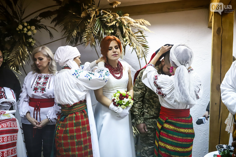 «Весь конфетно-букетный период прошел в окопах»: в Запорожье поженились военные, которые познакомились на передовой, - ФОТОРЕПОРТАЖ, фото-17