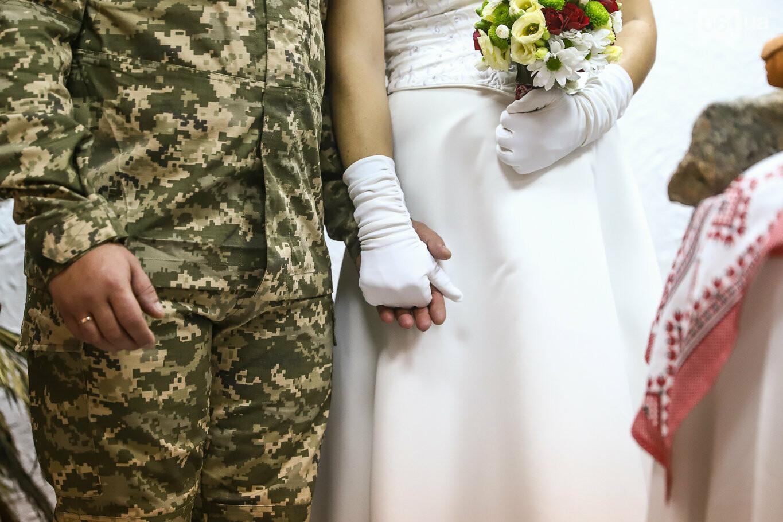 «Весь конфетно-букетный период прошел в окопах»: в Запорожье поженились военные, которые познакомились на передовой, - ФОТОРЕПОРТАЖ, фото-26
