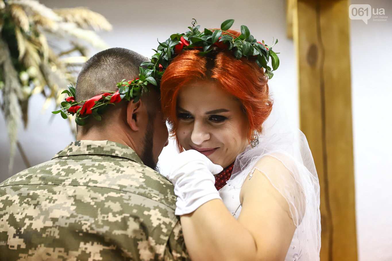 «Весь конфетно-букетный период прошел в окопах»: в Запорожье поженились военные, которые познакомились на передовой, - ФОТОРЕПОРТАЖ, фото-34