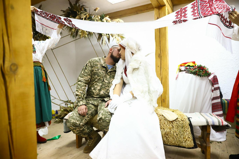 «Весь конфетно-букетный период прошел в окопах»: в Запорожье поженились военные, которые познакомились на передовой, - ФОТОРЕПОРТАЖ, фото-43