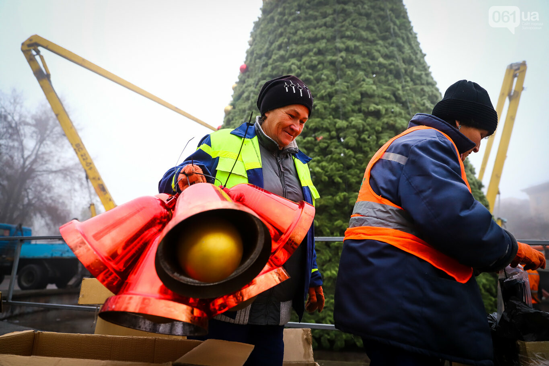 500 шаров и 25 гирлянд: на площади Маяковского наряжают главную елку Запорожья, - ФОТОРЕПОРТАЖ, фото-5