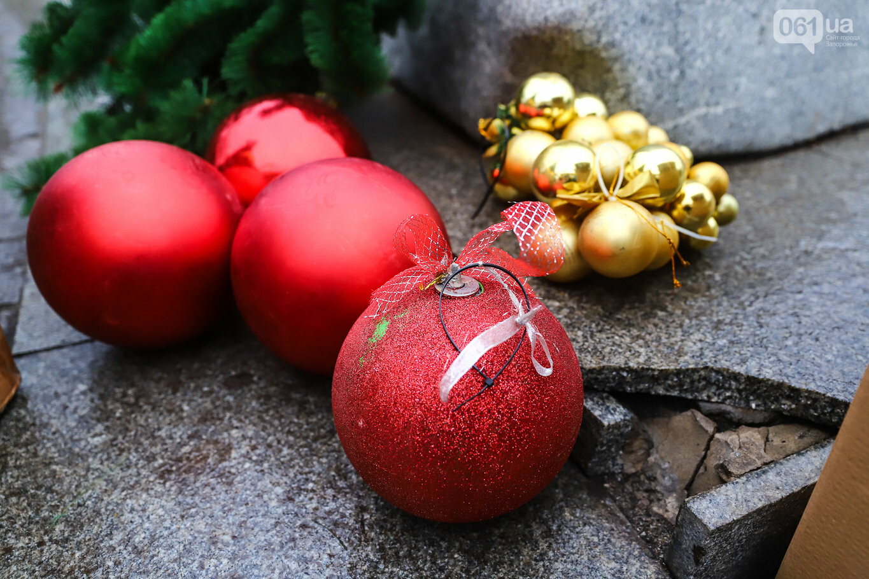 500 шаров и 25 гирлянд: на площади Маяковского наряжают главную елку Запорожья, - ФОТОРЕПОРТАЖ, фото-6