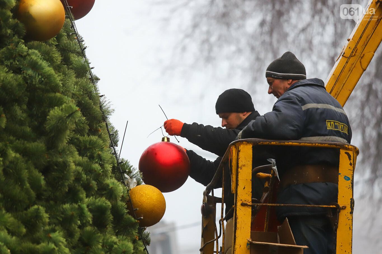 500 шаров и 25 гирлянд: на площади Маяковского наряжают главную елку Запорожья, - ФОТОРЕПОРТАЖ, фото-17