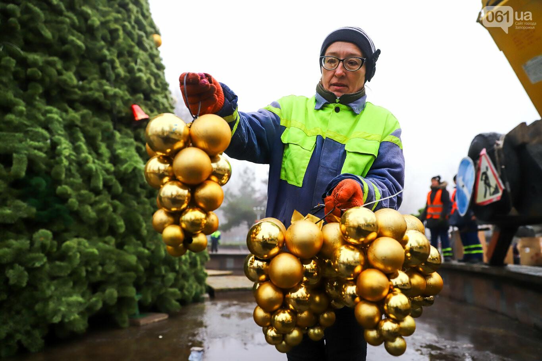 500 шаров и 25 гирлянд: на площади Маяковского наряжают главную елку Запорожья, - ФОТОРЕПОРТАЖ, фото-20