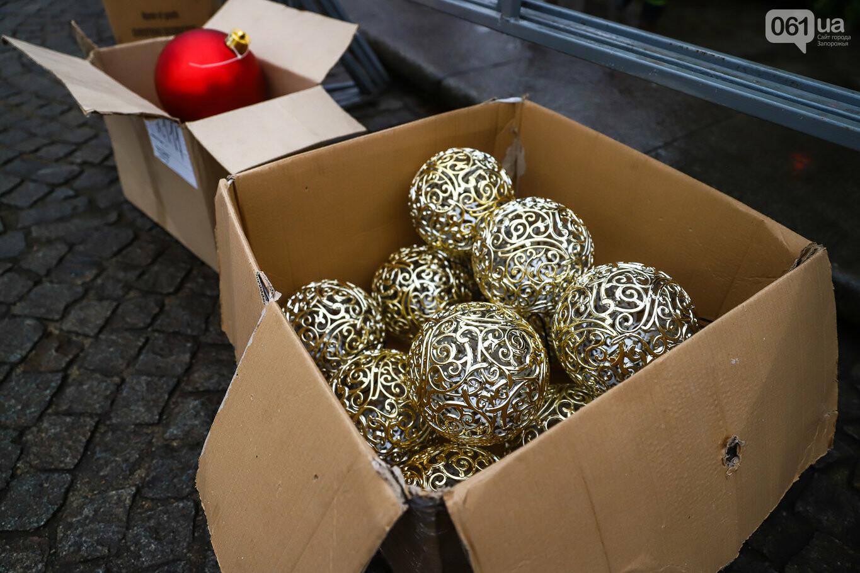 500 шаров и 25 гирлянд: на площади Маяковского наряжают главную елку Запорожья, - ФОТОРЕПОРТАЖ, фото-8