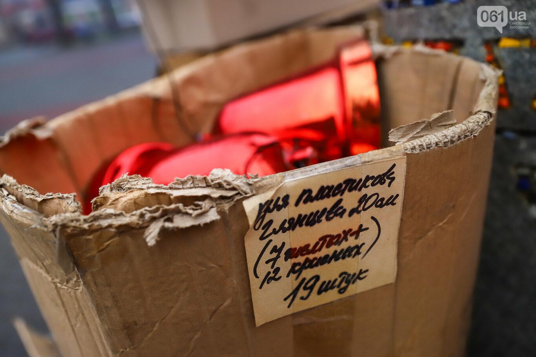 500 шаров и 25 гирлянд: на площади Маяковского наряжают главную елку Запорожья, - ФОТОРЕПОРТАЖ, фото-7