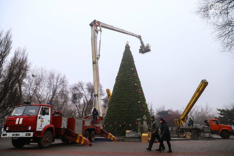 500 шаров и 25 гирлянд: на площади Маяковского наряжают главную елку Запорожья, - ФОТОРЕПОРТАЖ, фото-31