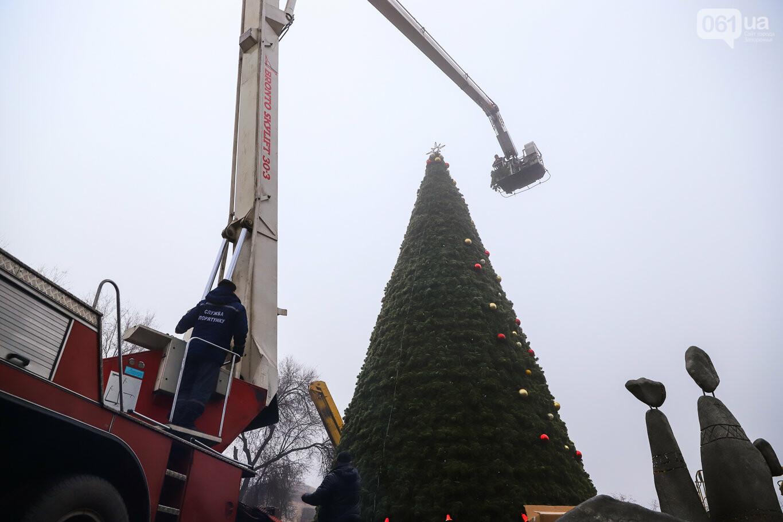 500 шаров и 25 гирлянд: на площади Маяковского наряжают главную елку Запорожья, - ФОТОРЕПОРТАЖ, фото-32