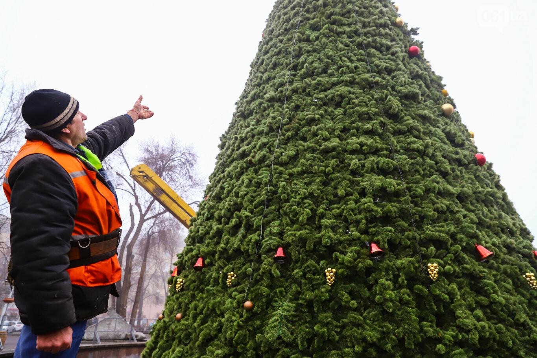 500 шаров и 25 гирлянд: на площади Маяковского наряжают главную елку Запорожья, - ФОТОРЕПОРТАЖ, фото-34