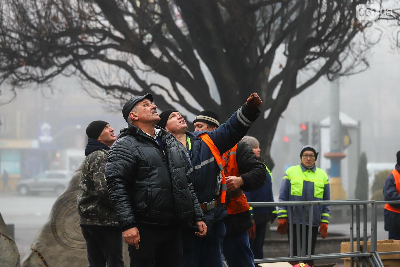 500 шаров и 25 гирлянд: на площади Маяковского наряжают главную елку Запорожья, - ФОТОРЕПОРТАЖ, фото-35