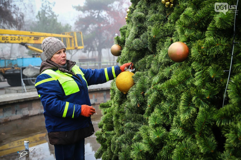 500 шаров и 25 гирлянд: на площади Маяковского наряжают главную елку Запорожья, - ФОТОРЕПОРТАЖ, фото-27