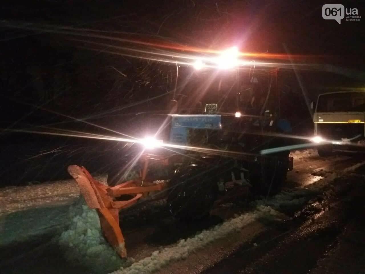 Застрявшие авто, поваленные деревья и спецтехника на дорогах: последствия бушевавшего в Запорожской области циклона, - ФОТО, фото-3