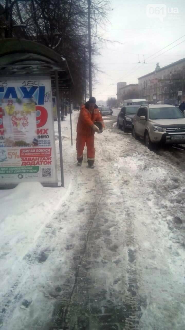 На тротуары и дороги Запорожья коммунальщики высыпали более 800 тонн антигололедной смеси , фото-8