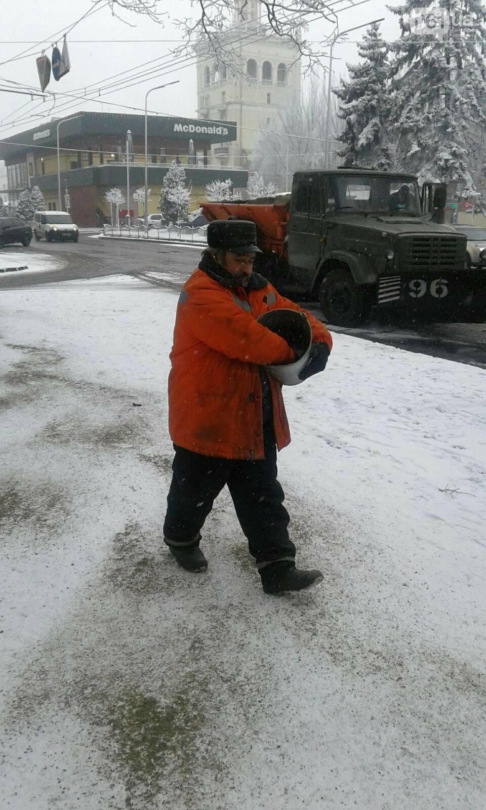 На тротуары и дороги Запорожья коммунальщики высыпали более 800 тонн антигололедной смеси , фото-6
