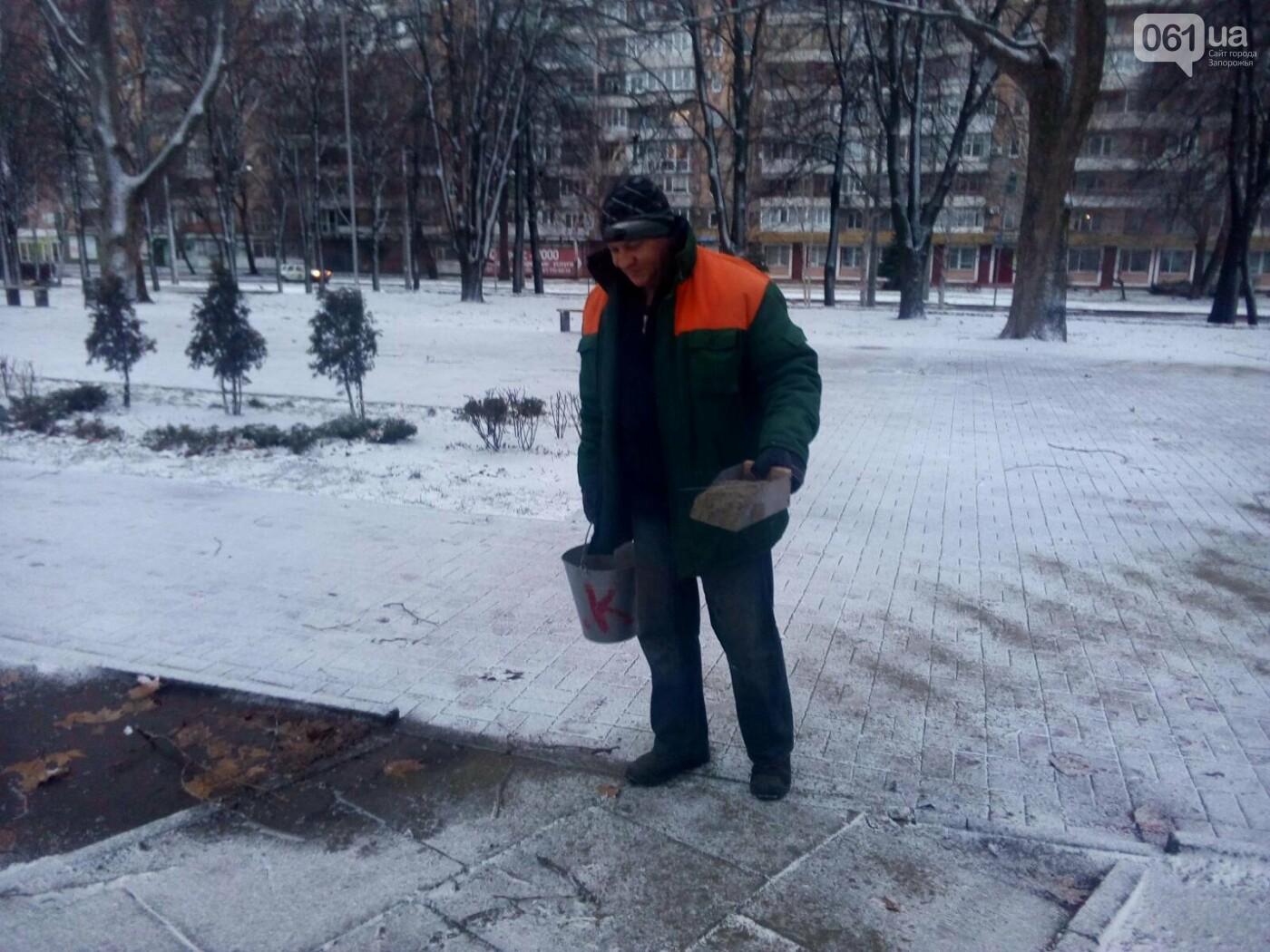 На тротуары и дороги Запорожья коммунальщики высыпали более 800 тонн антигололедной смеси , фото-3